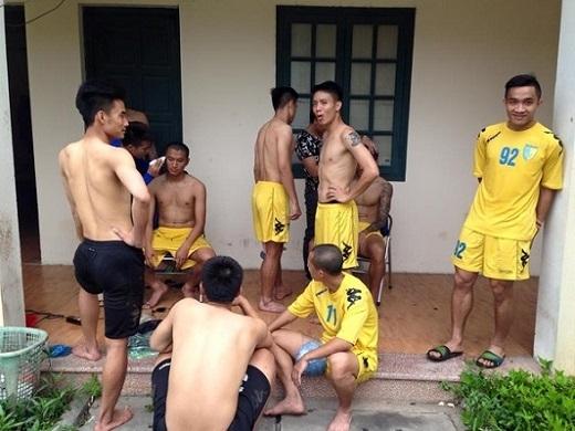 """Cầu thủ Hà Nội T&T đồng loạt """"cạo đầu"""" chờ đón Công Phượng và đồng đội"""