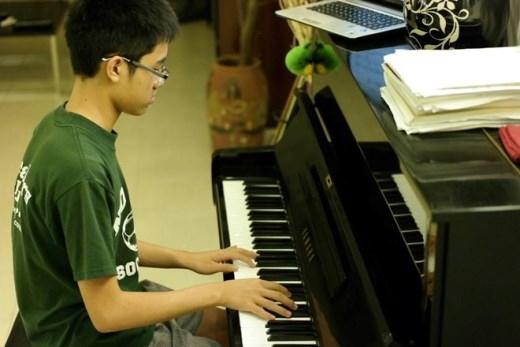 Ngoài nhảy dù, Quang Minhcòn đam mê piano.