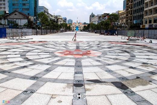 Phố đi bộ Nguyễn Huệ (hay còn gọi là quảng trường đi bộ) dài 640 m đang được gấp rút hoàn thiện những công đoạn cuối cùng để kịp khánh thành vào dịp kỷ niệm 40 năm ngày giải phóng niềm Nam, thống nhất đất nước.
