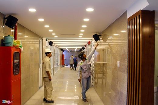 Chiều 22/4, cán bộ của các nhà thầu thi công kiểm tra lại hệ thống âm thanh trong hầm.