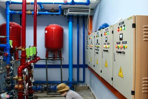 Phòng lắp đặt hệ thống điều khiển nhạc nước đang được các công nhân làm vệ sinh trước khi bàn giao.