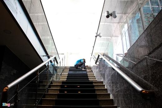 Có 2 cầu thang đi xuống tầng hầm. Ngoài ra, công trình còn trang bị hệ thống thang máy dành cho người khuyết tật.
