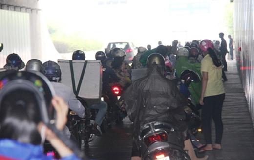Giao thông qua hầm Thủ Thiêm hỗn loạn vì người dân đứng trú mưa