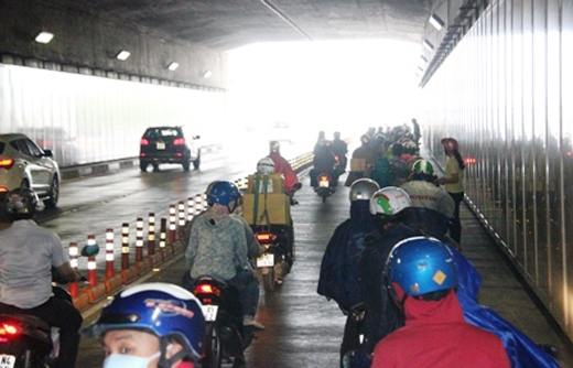 Rất đông người tham gia giao thông đã dừng lại ngay trong hầm trú hoặc khoác áo mưa khiến giao thông bì ùn ứ.