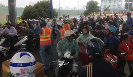Ngay tại khu vực trạm thu phí hầm Thủ Thiêm (chưa hoạt động) cũng bị nhiều người dừng lại trú mưa khiến giao thông bị cản trở nghiêm trọng.