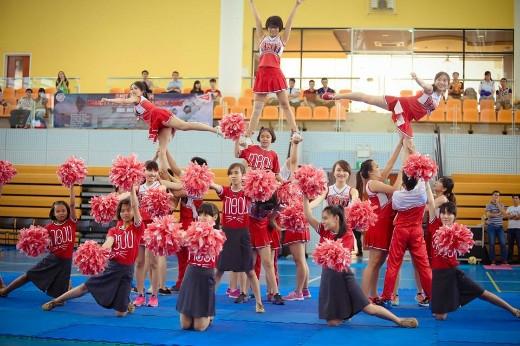 Buổi lễ khai mạc kết thúc với màn biểu diễn đầy sôi động của đội tuyển cổ động RMIT Việt Nam kết hợp với đội văn nghệ của các bé đến từ mái ấm Hoa Hồng Nhỏ