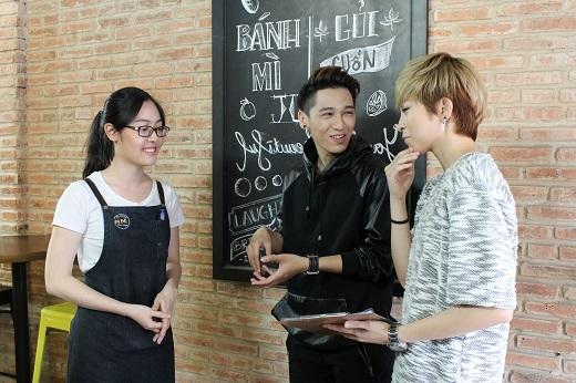 Tronie và Gil dẫn nhau đến một quán ăn ở Sài Gòn chuyên về Bánh - Gỏiđể thỏa mãn sở thích ăn vặt cũng như trò chuyện vui vẻ...