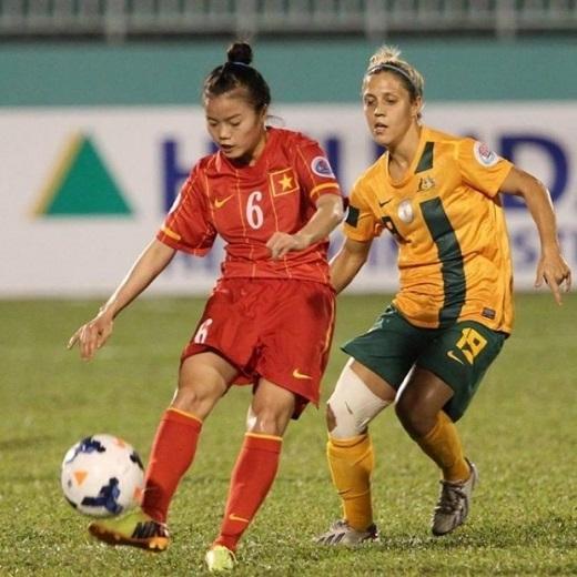 Phạm Hoàng Quỳnh (số 6) thi đấu trong màu áo ĐT nữ Việt Nam.