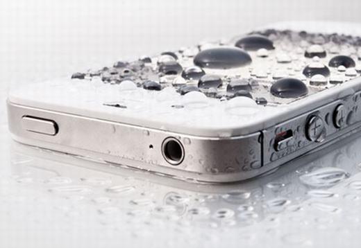 Phải làm gì khi điện thoại rơi xuống nước?