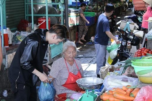 Với vẻ ngoài điển trai, công tử ít ai biết được rằng Tronie Ngô đi chợ rất khéo