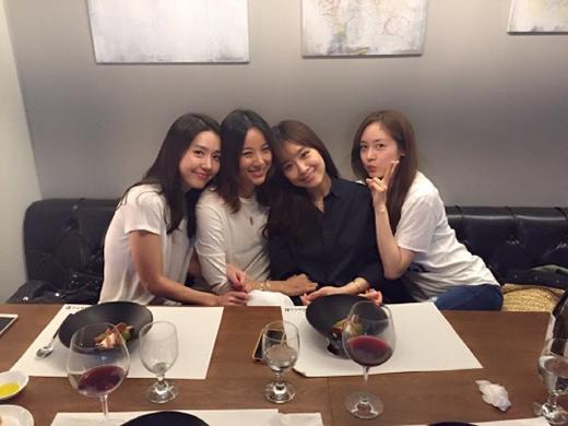 Lee Hyori rạng rỡ hội ngộ chị em sau bao năm xa cách
