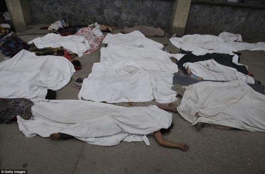 Những nhân viên y tế phải đặt thi thể của nhiều nạn nhân bên ngoài khoa Cấp cứu của Bệnh viện Bir – Kathamandu - Nepal.
