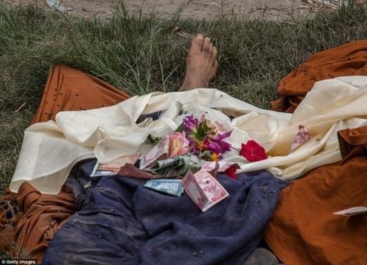 Nhiều người dân đã đặt hoa, tiền lên những thi thể của những nạn nhân xấu số, cầu mong những linh hồn của nạn nhân mau được siêu thoát.