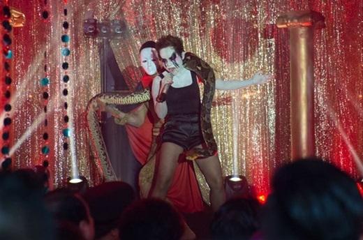 Thái Thùy Linh: Trong tiệc hóa trang Halloween tổ chức hồi tháng 10/2014, giọng ca Yêu đời cũng mang con trăn nặng 30 kg, dài 3 m lên sân khấu trình diễn ca khúc Wrecking ball. - Tin sao Viet - Tin tuc sao Viet - Scandal sao Viet - Tin tuc cua Sao - Tin cua Sao