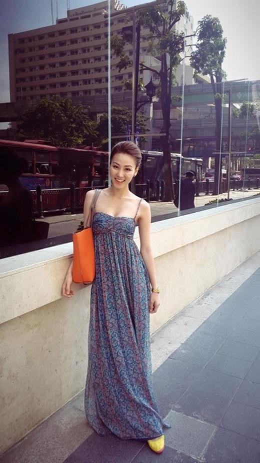Váy maxi chất liệu voan mềm mại, bay bổng thiết kế 2 dây mát mẻ nhưNgân Khánh diện là dáng váy được yêu thích trong những ngày hè nóng.