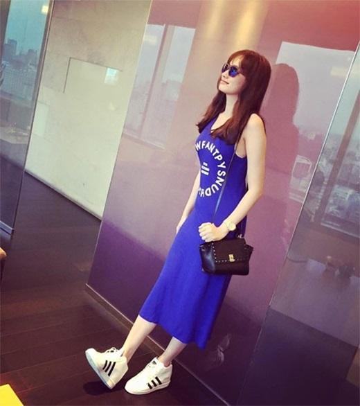Với vóc dáng chuẩn của một người mẫu Trúc Diễm tự tin diện váy dài.Để phù hợp với dáng váy sát nách cá tính, cô nàng chọn giày thể thao màu trắng đi cùng.