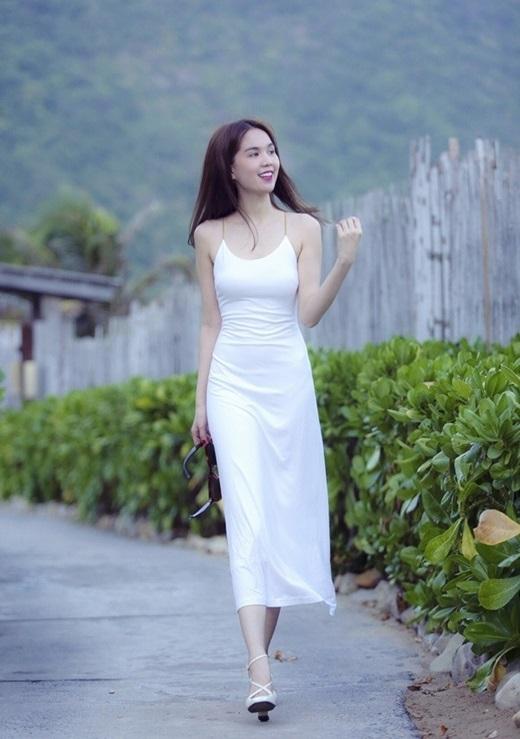 Ngọc Trinh đẹp nhẹ nhàng với váy trắng tinh khôi. Đôi sandal đượccô chọn cùng tông với váy.