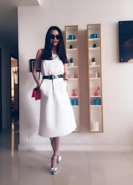 Để tạo điểm nhấn cho váy trắng, Trà Ngọc Hằng kết hợp thắt lưng đenvà đôi giày họa tiết.