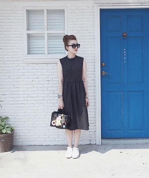 Váy liền thân và chân váy dáng dài là item được Yến Nhi thường xuyên sử dụng. Cô nàng khéo mix thêm phụ kiện đi cùng như kính mắt, túi xách dễ thươnghay giày thể thao để diện mạo luôn mới mẻ, phong cách với dáng váy dài.