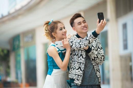 Tone màu trắng xanh cá tính hay đen tuyền mạnh mẽ của HTC Desire 526G cực phù hợp làm điện thoại đôi