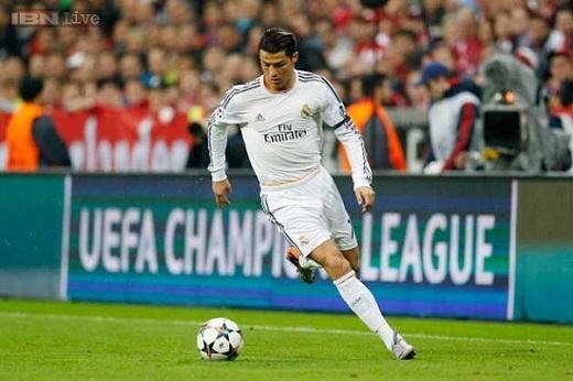 Ronaldo thoải mái chơi bài trước đại chiến Juve
