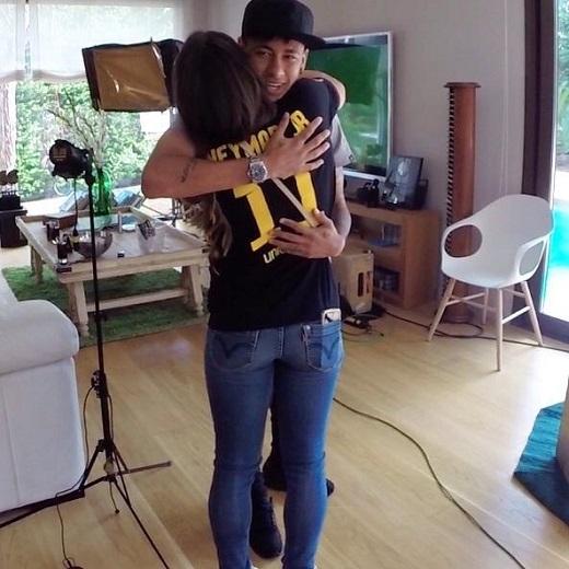 Fan nữ từ chối nhận 10.000 USD để được hôn Neymar