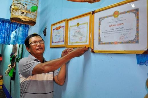 Ngư dân Trần Văn Phước nhận nhiều bằng khen.