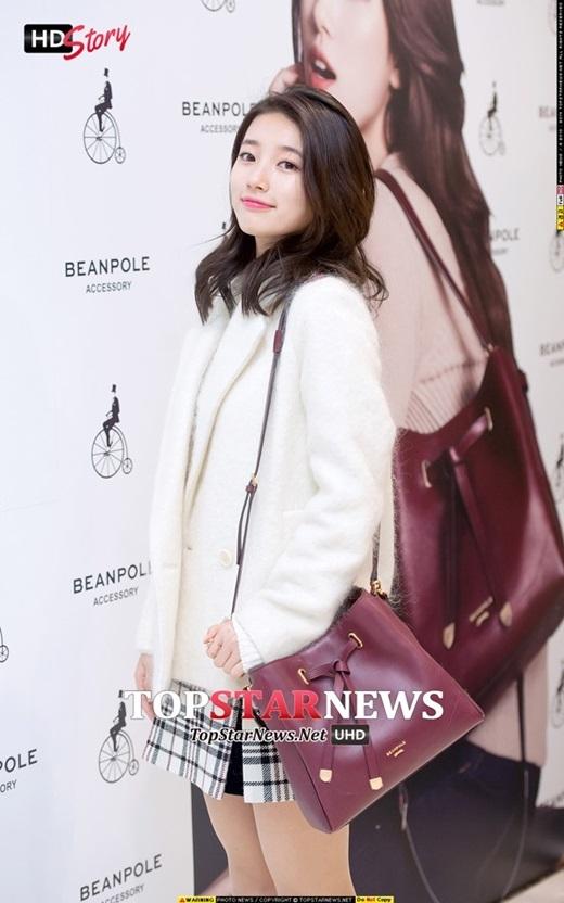 Hai mỹ nhân còn chạm mặt trong chiếc áo khoác xù sang trọng. Bạn gái Lee Min Ho chọn váy xòe sọc nhẹ nhàng và túi xách xinh xắn nổi bật để phối cùng trang phục.