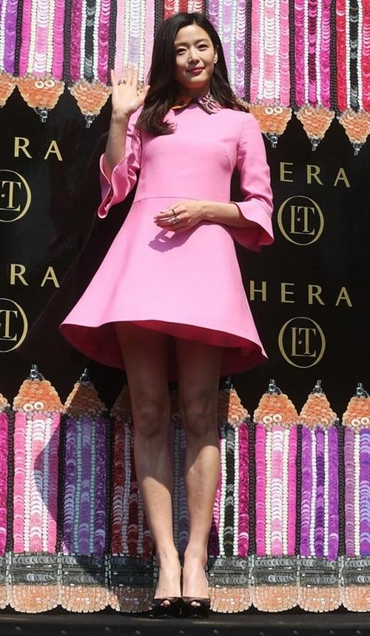 """Trong khi đàn chị Jeon Ji Hyun cũng mới xuất hiện cùng chiếc váy trẻ trung này. """"Mợ chảnh"""" gây ấn tượng hơn bằng phần phá cách của cổ đính hoa, đeo nhẫn to bản và đi giày pump màu đen."""