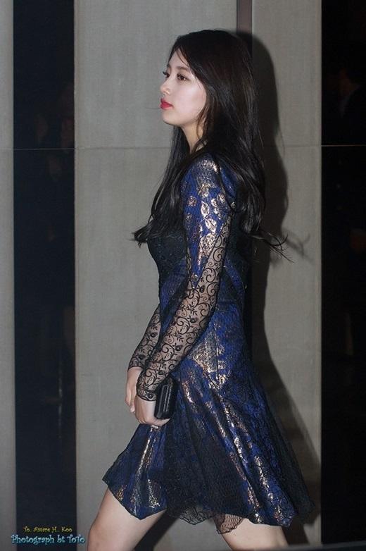Suzy thường có duyên đụng hàng với nhóm nhạc quốc dân. Cô khoe sự duyên dáng trong chiếc váy nhấn nhá ren và vải xuyên thấu.