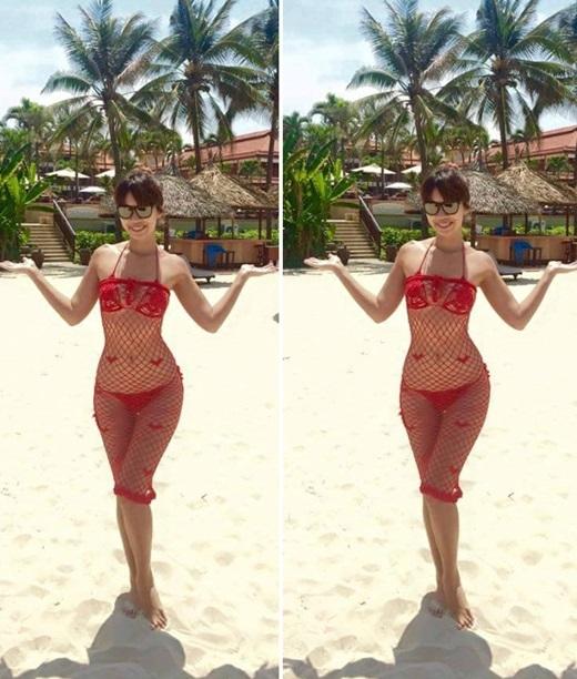 Hà Anh sở hữu vóc dáng đồng hồ cát và đường cong uốn lượn hình chữ S. Mỗi lần đi biển, cô đều khoe dáng với bikini, nhưng không bao giờ gây nhàm chán với người hâm mộ. Bộ bikini màu đỏ được Hà Anh tô điểm thêm váy lưới bên ngoài trông rất gợi cảm và rực rỡ.