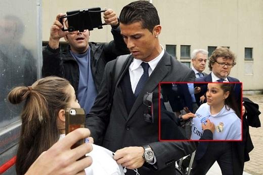 Fan nữ khóc vì được C. Ronaldo ký lên ngực
