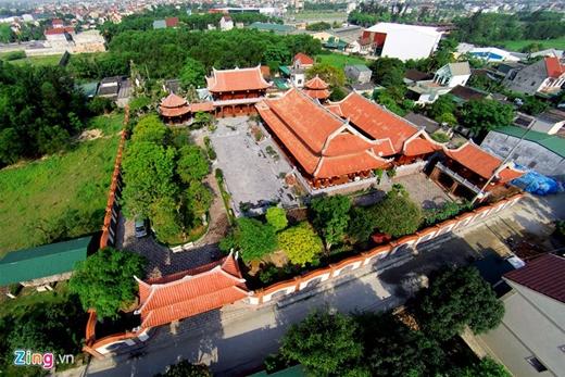 Được làm chủ yếu bằng gỗ trên diện tích 4.000 m2, khu nhà của đại gia xứ Nghệ được ví như một biệt phủ của Việt Nam.