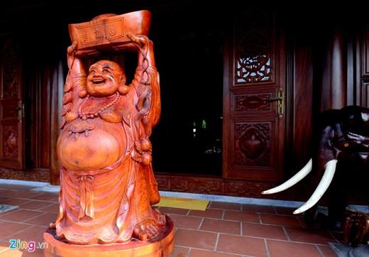Hai con voi chầu ngay lối ra vào, tượng Phật dựng trước cửa.