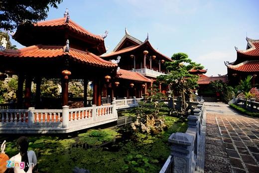 Chòi và hồ nước, nơi tiếp khách và thư giãn của chủ nhà cũng được thiết kế đậm chất cổ xưa.