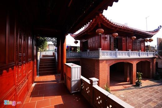 Hành lang nối giữa các khu nhà trong ngôi nhà rộng rãi và thoáng mát.
