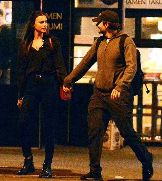 Irina Shayk và Bradley Cooper bị bắt gặp tay nắm tay đi trên đường phố New York.