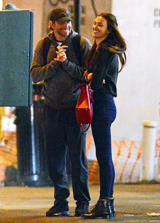 Bạn gái cũ của C. Ronaldo và Cooper cười tươi rói khi trò chuyện với nhau.