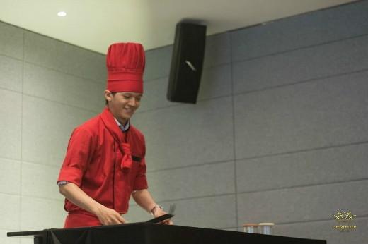 Đầu bếp Hồ Đình Quý với tiết mục múa dao nghệ thuật