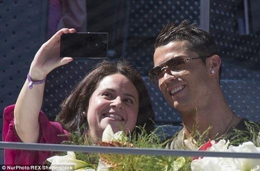Sự xuất hiện của siêu sao người Bồ Đào Nha thu hút sự chú ý của mọi người, đặc biệt là nữ giới. Nhiều fan nữ tới xin chụp ảnh tự sướng cùng chủ nhân Quả bóng vàng FIFA 2014.