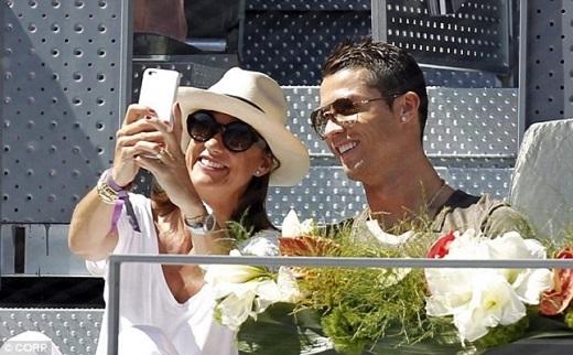 Chân sút 30 tuổi của Real vui vẻ chụp hình cùng người hâm mộ.