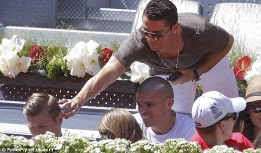 Ronaldo thường xuyên có hành động trêu đùa hai đồng đội Toni Kroos và Pepe trước khi trận tennis diễn ra.