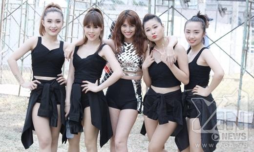 Việt My nhí nhảnh cùng vũ đoàn sau sân khấu - Tin sao Viet - Tin tuc sao Viet - Scandal sao Viet - Tin tuc cua Sao - Tin cua Sao