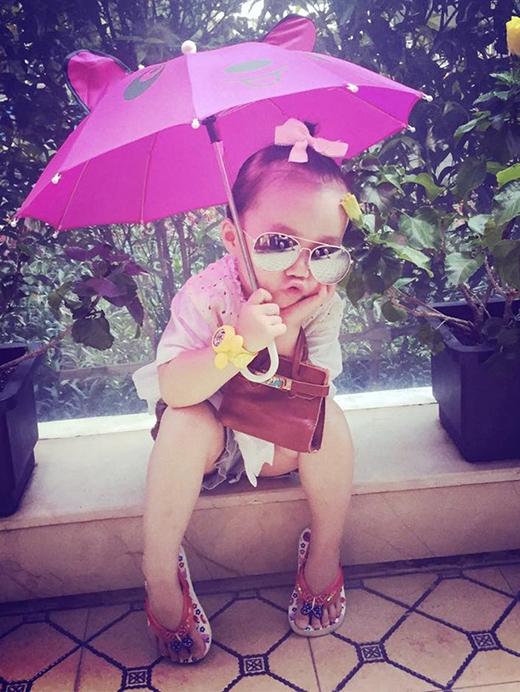 Bé Luna, con gái diễn viên múa Linh Nga (tên thật là Nguyễn Khánh Linh Linh) được đánh giá là một trong những icon thời trang nhí sành điệu của showbiz Việt. Trang phục của Luna có phong cách hiện đại, nữ tính và mang đậm tính xu hướng. Đặc biệt, cô nhóc hơn 3 tuổi rất chuộng sắc màu sặc sỡ. Mùa hè là dịp Luna thoải mái diện đồ màu mè nổi bật.