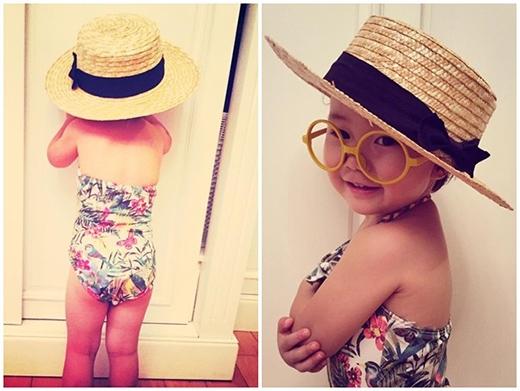 Giống với icon thời trang người lớn, đầu mùa hè, Luna được mẹ sắm áo tắm họa tiết hoa sắc màu để đi biển. Trên trang cá nhân, Linh Nga khoe hình ảnh con gái đáng yêu trong bộ đồ bơi bắt mắt với lời bình Con gái bắt đầu biết tạo dáng như người mẫu.