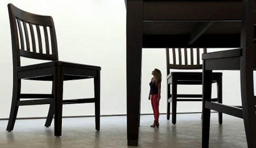 Coi chừng đạp phải người tí hon đấy nhé! Đùa thôi, cô gái này chỉ là một người bình thường đang tham quan một triển lãm những mẫu vật khổng lồ.