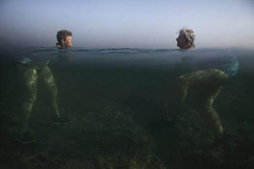 Ảnh chụp cả phần trên và dưới mặt nước tạo nên hình dáng ngộ nghĩnh của hai bà cụ.