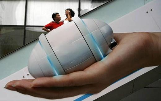 Một bức ảnh quảng cáo đồ điện tử dán trên thang cuốn khiến một cặp đôi trông như hai người tí hon.