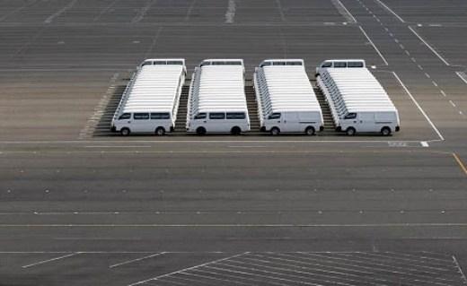 Mắt của bạn vẫn bình thường, không cần đi khám đâu! Đây là hình ảnh thực chụp những chiếc xe hơi vừa được sản xuất trong sân một nhà máy.