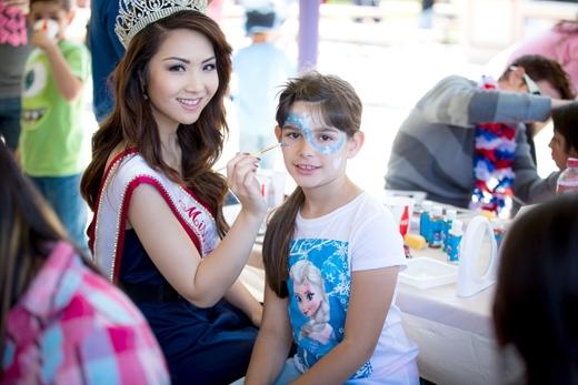 Hoa hậu Châu Á trổ tài vẽ mặt cho các bệnh nhi
